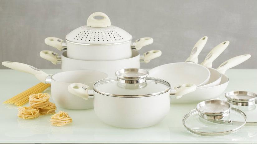bílé smaltované nádobí
