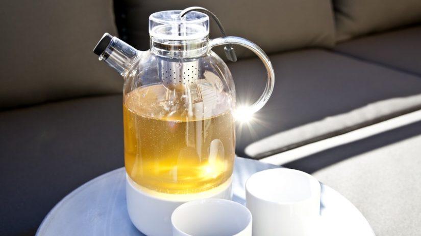 skleněná konvička na čaj