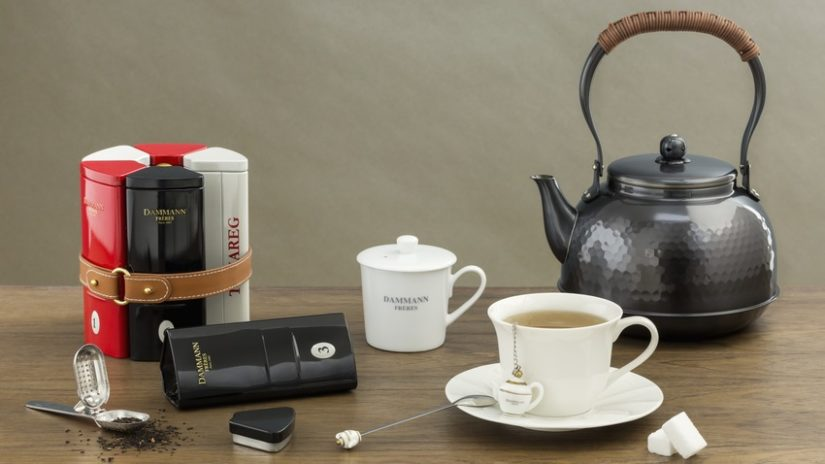 kovová konvička na čaj