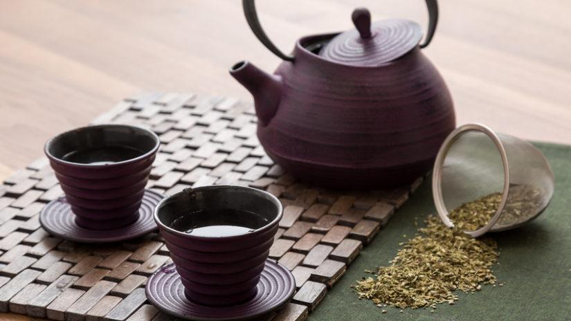 hnědá konvička na čaj