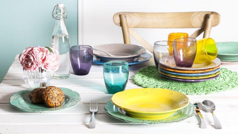 barevné hluboké talíře