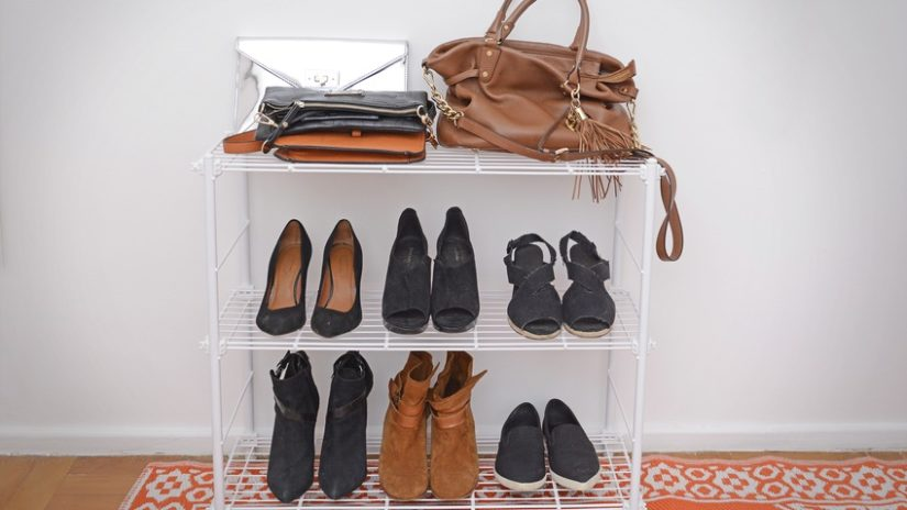 bílý regál na boty