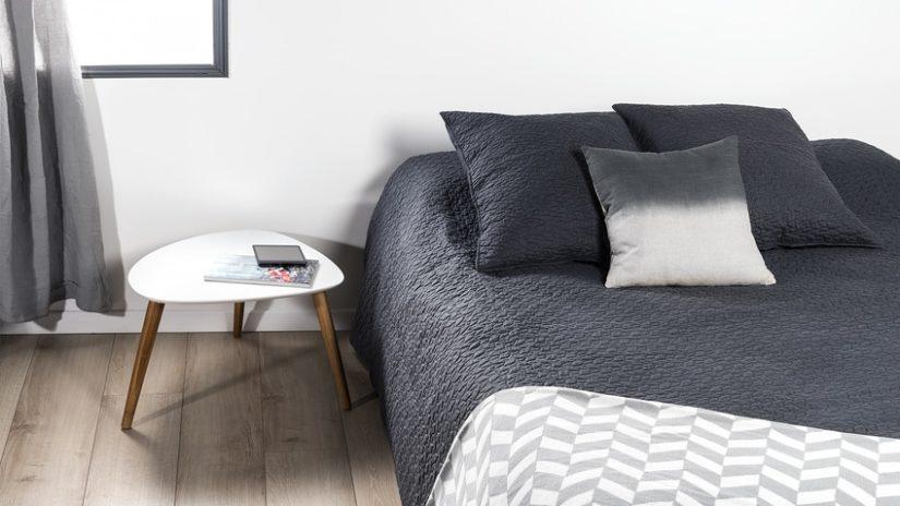 minimalistický styl v ložnici