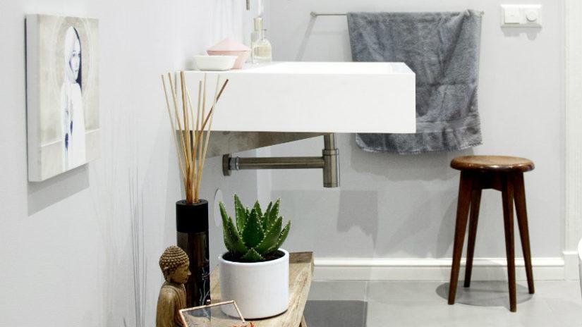 dřevěná stolička v koupelně