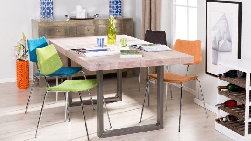 rozkládací jídelní stůl s kovovými nohami