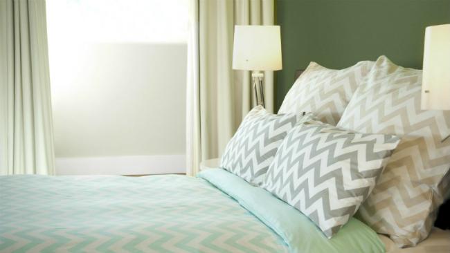 Mit Grüntönen das Schlafzimmer gestalten