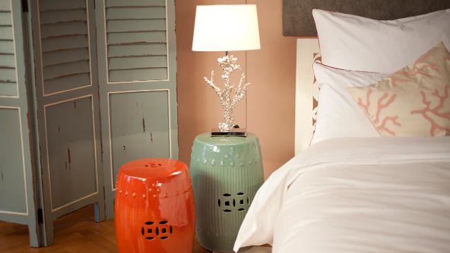 Schlafzimmer Deko mit Nachttischlampe und Beistelltisch