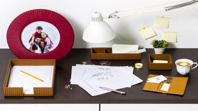Schreibtisch und Ordnungssystem Büro