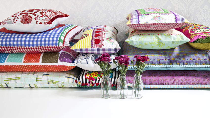 Cojines bordados decoraci n creativa westwing - Telas para fundas de sofa ...