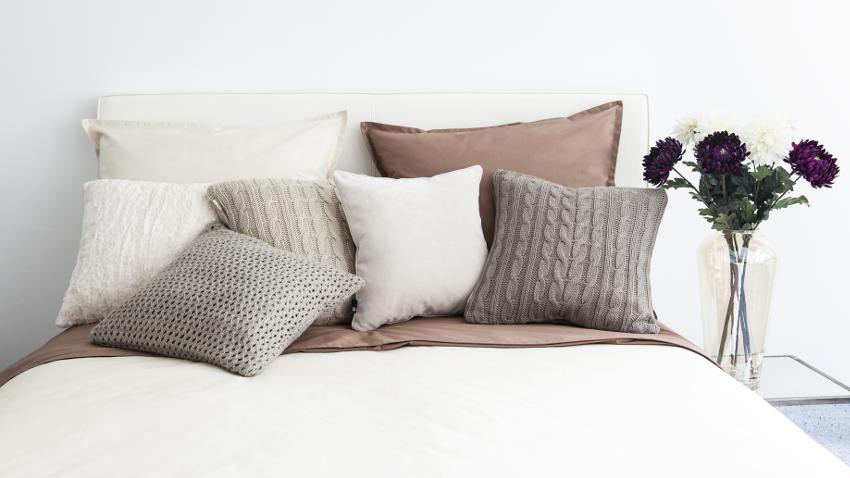 Cojines marrones diferentes estilos westwing - Juego de cojines para cama ...