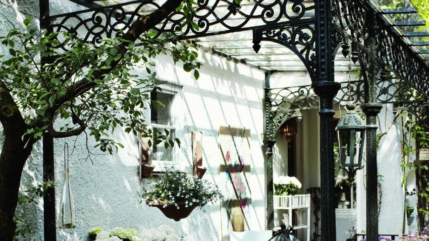Cenadores de forja decora jardines con encanto westwing - Cenadores de jardin ...