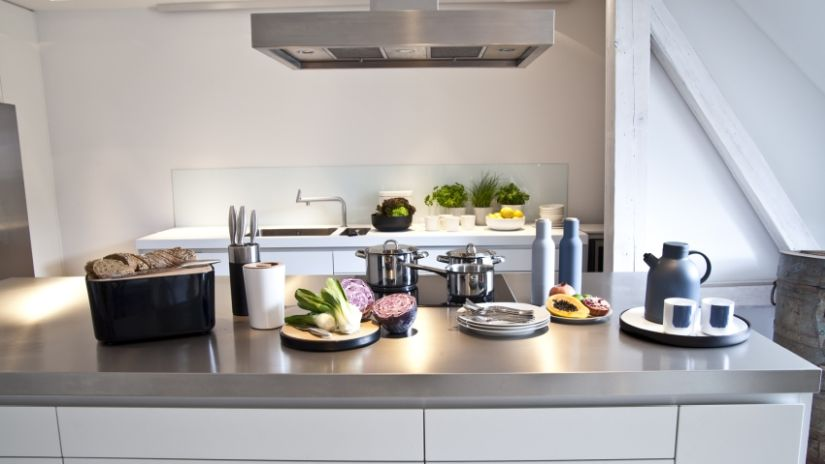Jolie cuisine équipée blanche et argentée