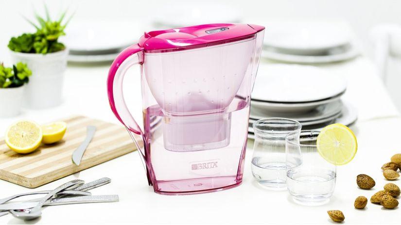 Carafe en plastique rose