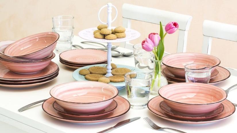 service d'assiettes roses en grès