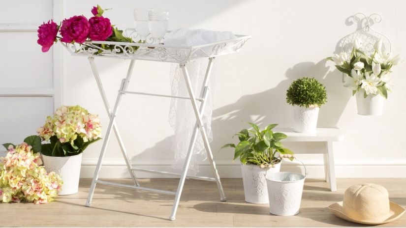 Pots de fleurs en métal blanc