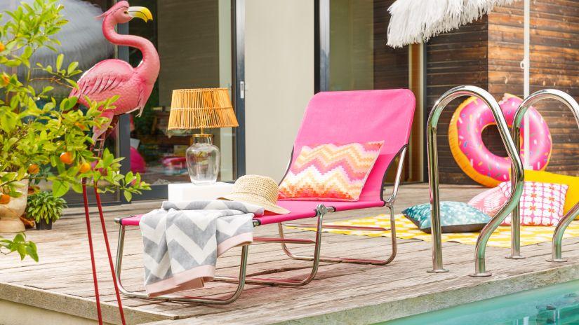 Chaise longue de jardin rose