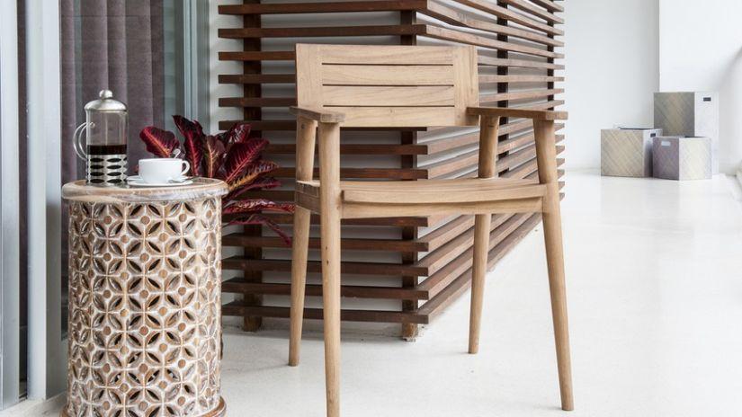 Chaise de couleur taupe