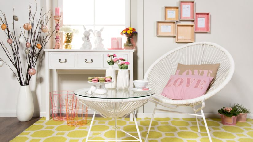 Fauteuil blanc design dans un salon
