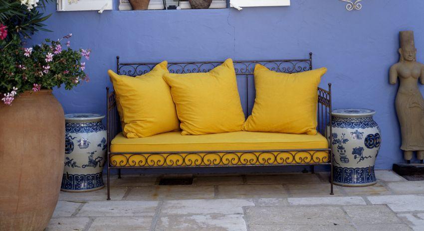 coussin jaune une touche de couleur vive westwing. Black Bedroom Furniture Sets. Home Design Ideas