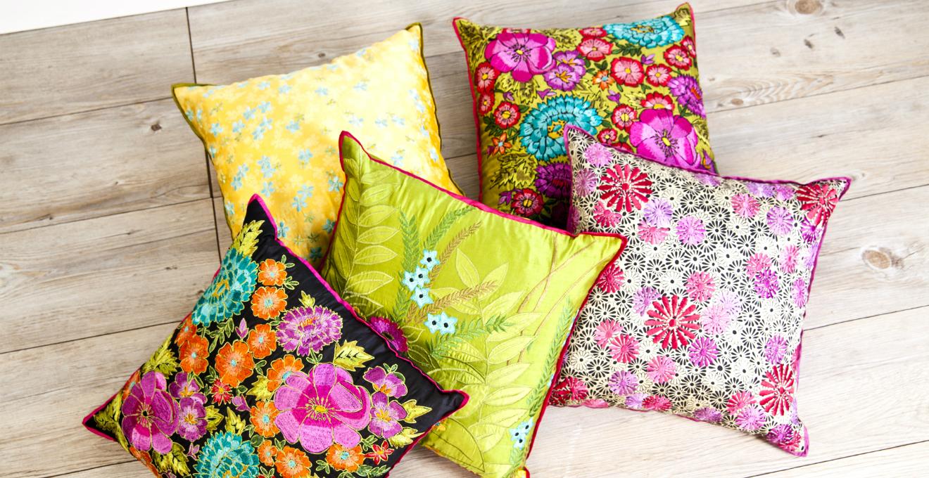 Dalani cuscini a fiori la primavera su tessuto for Cuscini colorati per divani