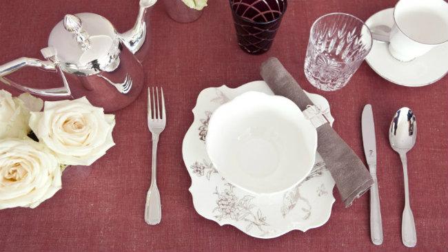 tavola di san valentino tazzina posate bicchieri fiori