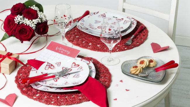 tavola di san valentino sottopiatti bicchieri dolcetti piatti