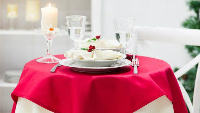 tavola di san valentino tovaglia piatti posate
