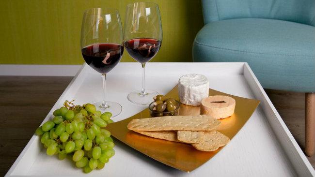 aperitivo in casa vassoio calici formaggi uva snack