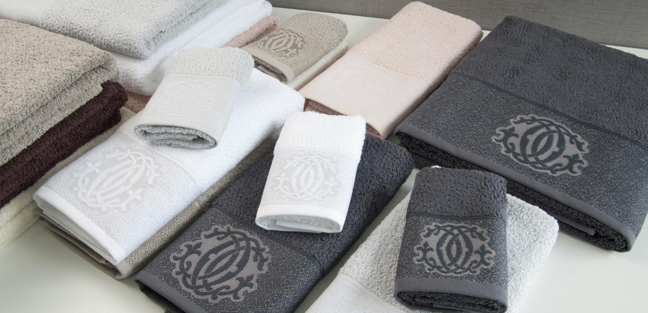 Asciugamani ricamati coccole per la toilette dalani - Asciugamani bagno offerte ...