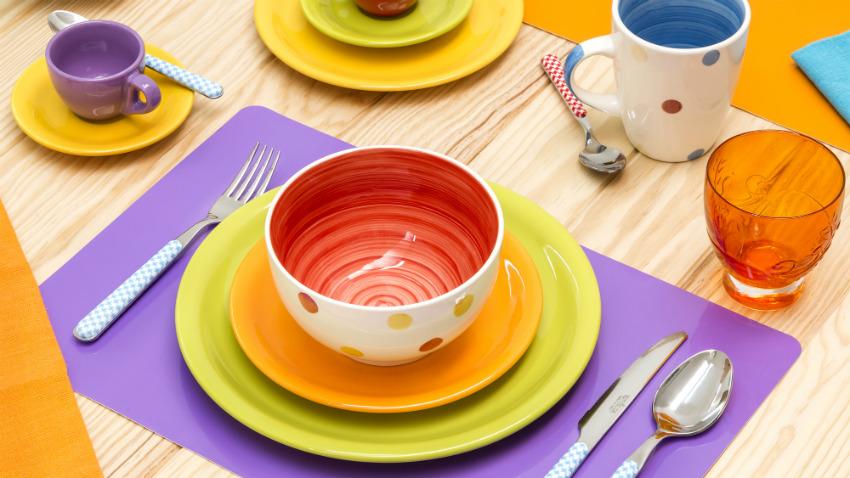 Servizio di piatti colorati