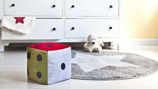 camerette per neonati cassettiera tappeto dado giochi