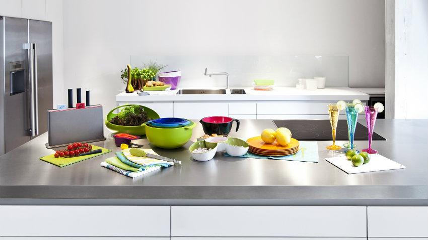 Cucina grigia moderna ed elegante dalani for Accessori per cucina moderna