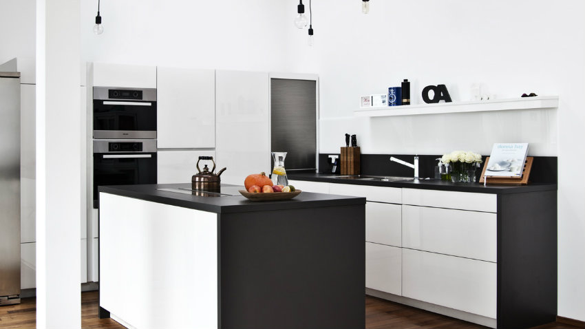 dalani | parete attrezzata bianca e nera: camera moderna - Cucine Moderne Bianche E Nere