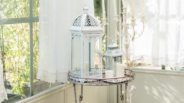 Anche il giardino si arricchisce di dettagli romantici: una grande lanterna bianca si affianca ad una più piccola, per generare infinite emozioni living.