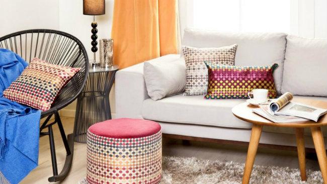 soggiorno piccolo pouf divano tavolino