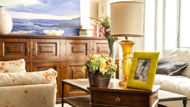 mobili stile inglese tavolino lampada portafoto divano cassettiera