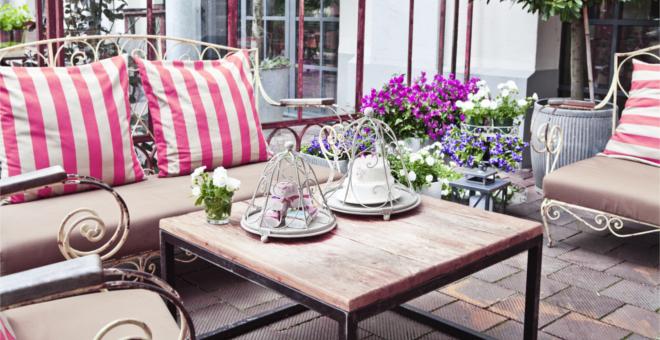 Houten Balkon Meubels : Geniet comfortabel van de zon op balkon meubels westwing