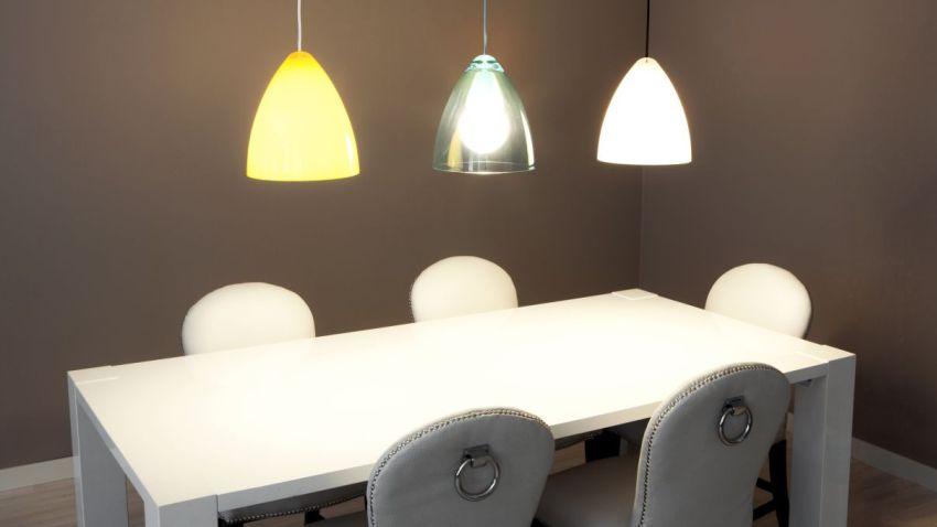 Woonkamer Verlichting Pendelarmatuur : Ruimtelijk: plafondverlichting geeft perspectief westwing