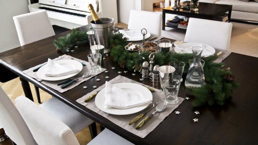 Kerst tafeldecoratie klassiek moderne tafel zwart wit