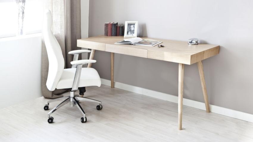 Aan een houten bureau huiselijk aan de slag westwing
