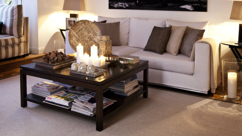 Een chique en stijlvol interieur met een zwarte tafel westwing
