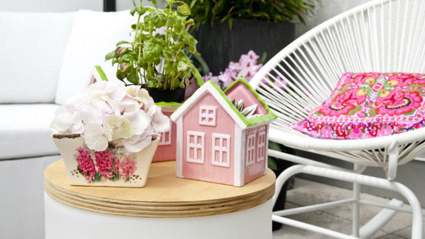 metalen tuinmeubelen moderne stijl huisje roze bloemen bijzettafel