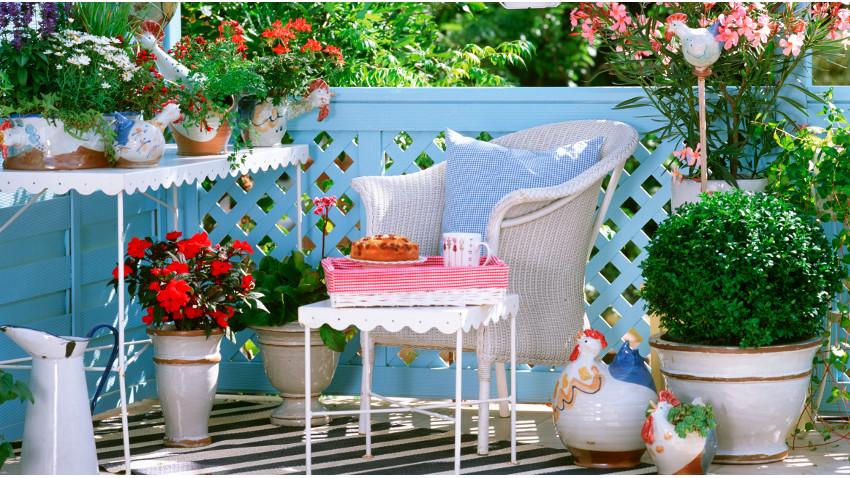 metalen tuinmeubelen blauw roze bloemen witmetalen meubels