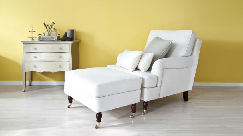 Straal met een witte stoel licht en warmte uit in huis for Witte eames stoel
