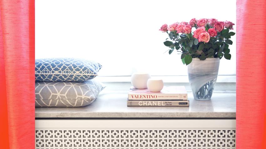 Een trendy huiskamer met rode gordijnen | Westwing