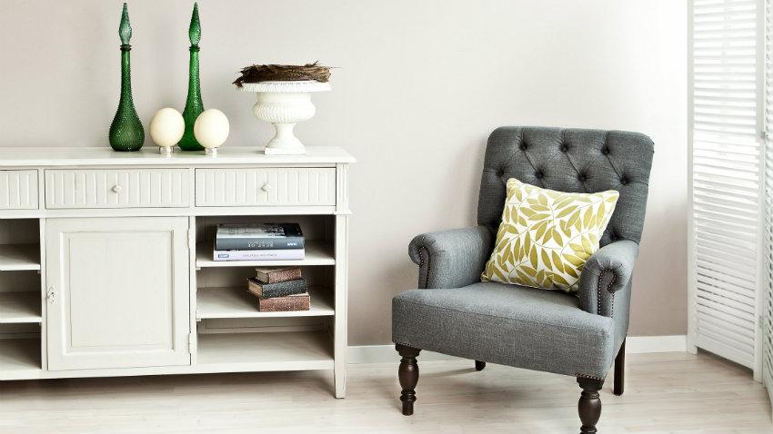 Stoel Bekleden Stof : Een stoffen stoel in de zitkamer en aan tafel westwing