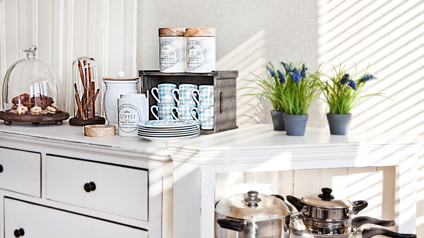 Verrijk je huis met een brocante keuken westwing - Witte keuken decoratie ...