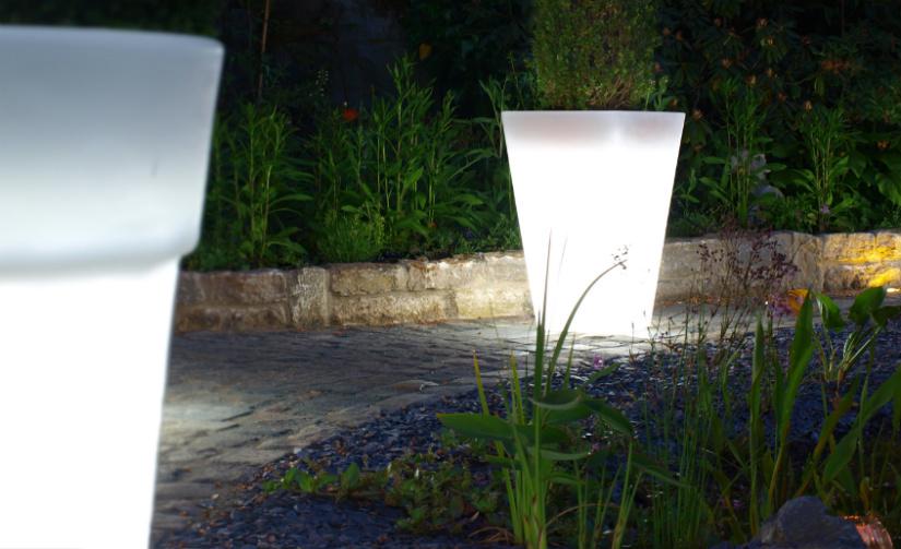 staande buitenlamp verlichte witte potten avond pad tuin