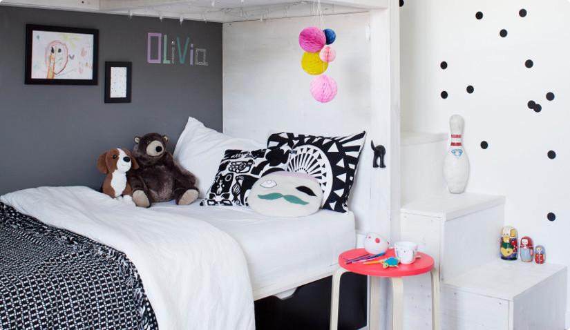 Przytulny biały pokój dziecięcy z łóżkiem