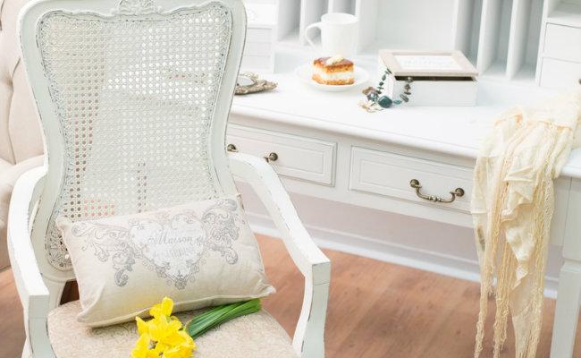Białe wnętrze ozdobione kwiatami